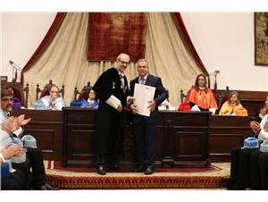 Ángel Fernández recogiendo el premio